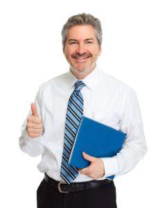 Vrolijke man met een jaarrekening